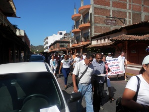 Over 200 teachers marching in Zihuatanejo